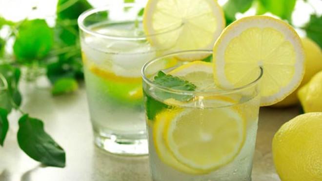 Nước chanh có tác dụng giúp làm sạch và giải độc hệ thống bạch huyết - Ảnh: Shutterstock