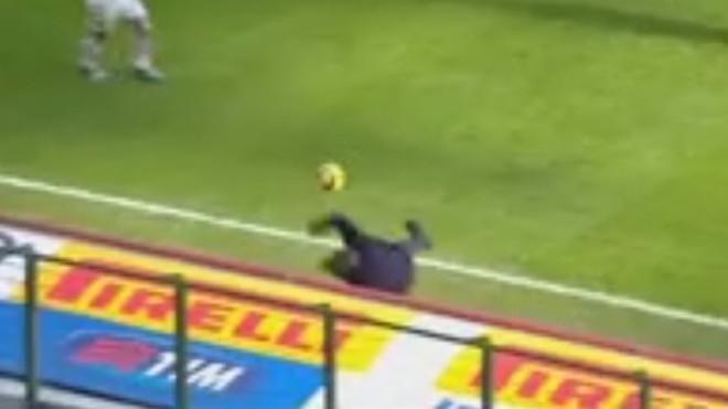 HLV Mancini té ngã sau khi hứng trọn cú sút bóng của học trò