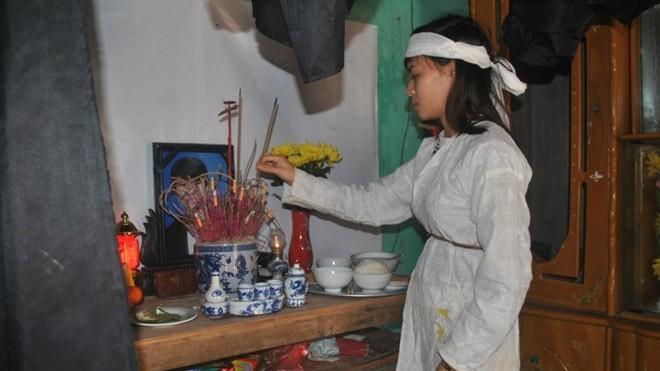 Đứng bên bàn thờ chồng, chị Phương tha thiết đề nghị cơ quan chức năng làm rõ sự việc. Ảnh:Duy Cảnh/ Zing