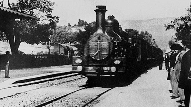 """""""l'arrivée d'un train en gare de la ciotat"""" - bộ phim đầu tiên được chiếu bán vé với hình ảnh kinh điển là đoàn tàu vào ga."""