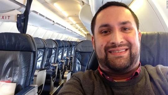 Chris O'Leary khoe ảnh chụp trên chiếc máy bay vắng tanh. Ảnh: CNN