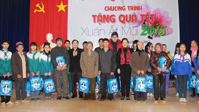 Đại diện báo Tiền phong, Cty cổ phần Quốc Huy Anh, Tỉnh Đoàn Yên Bái trao quà cho các hộ nghèo, gia đình chính sách.