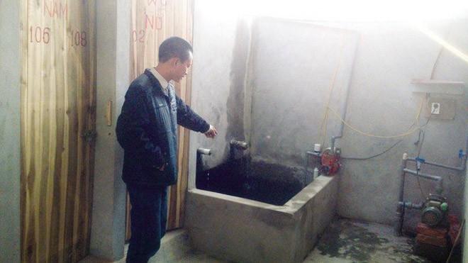 Anh Nguyễn Văn Tuấn chỉ bể nước mà Dũng lén bỏ thuốc để đầu độc công nhân.