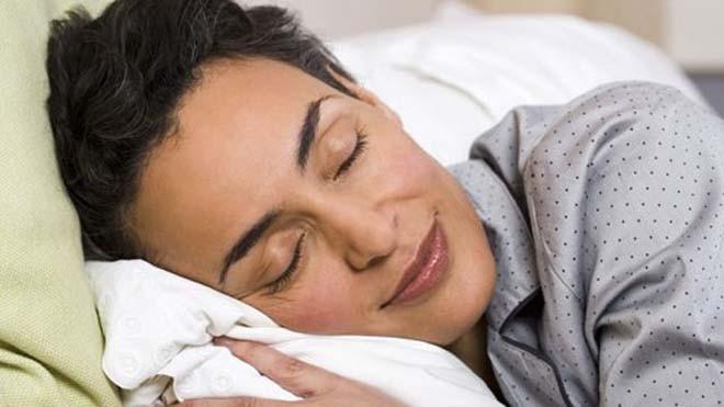 Cố gắng đi ngủ vào một giờ cố định để cải thiện chất lượng giấc ngủ - Ảnh: Shutterstock