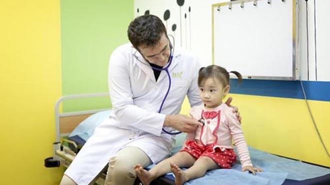 Bác sĩ Didier Decamps cho biết, hàng năm khi thời tiết giao mùa, số lượng trẻ nhập viện do các vấn đề về hô hấp tăng đột biến. Ảnh: Daisy.