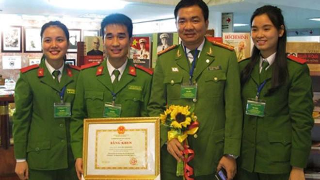 Từ trái qua phải: Trần Phương Thảo, Nguyễn Trung Nghĩa, TS Nguyễn Minh Đức, Đỗ Thị Thúy