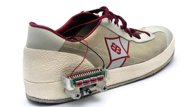 Thiết bị thu năng lượng gắn bên ngoài đôi giày, hoặc phần gót giày. Ảnh: Kelvis Ylli/IOP Publishing