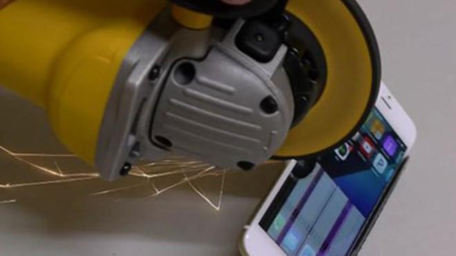 Chuyện gì xảy ra khi iPhone 6 đối mặt máy cưa?