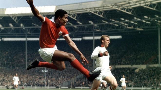 Eusebio (áo đỏ), huyền thoại đầu tiên của bóng đá Bồ Đào Nha, thực ra là một cầu thủ đến từ Mozambique.