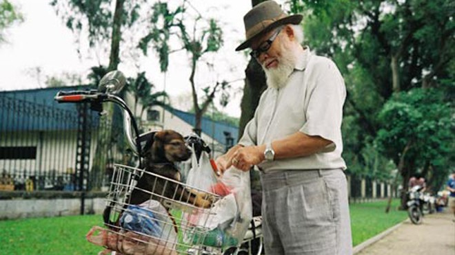 Hình ảnh một cụ già thư thả đi dạo phố cùng chú chó yêu được Trần Quang Tuấn ghi lại.