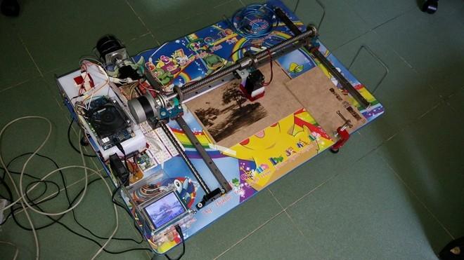 Mô hình máy khắc laser của Kim Hảo.
