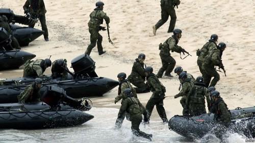 Binh sĩ Nhật trong một cuộc tập trận tái chiếm đảo - Ảnh: Reuters