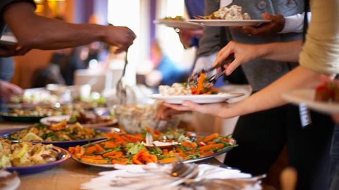 """Để ăn buffet hiệu quả, cũng cần có """"chiến thuật"""" - Ảnh: Đất Việt."""