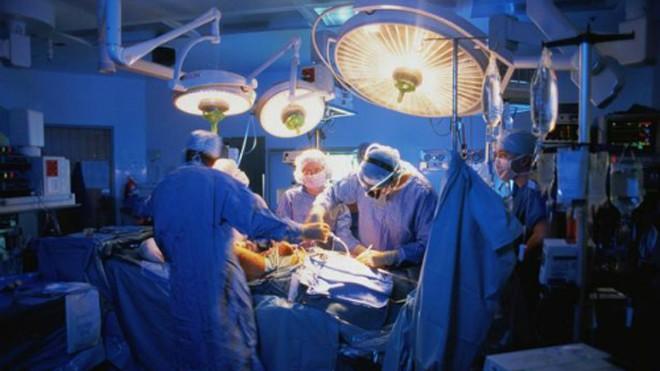 Một ca phẫu thuật cấy ghép tạng. Ảnh: Mirror.co.uk.