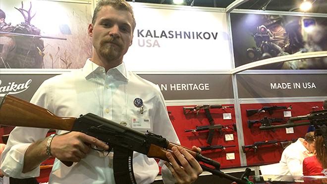 Rick Young, tay buôn AK ở Mỹ cùng khẩu AK-47 tại triển lãm súng Las Vegas