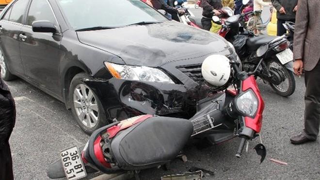 Hiện trường vụ tai nạn khiến 2 thanh niên nhập viện.