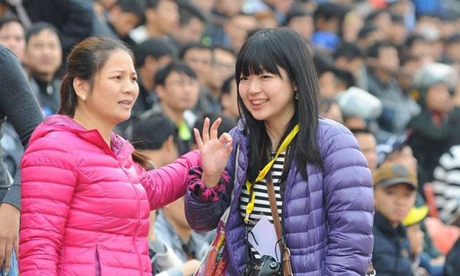 Nữ phóng viên Nhật trên khán đài sân Lạch Tray.