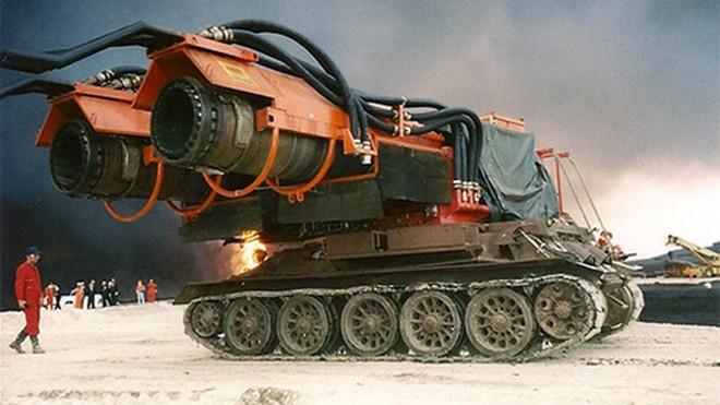 Xe tăng chữa cháy cõng 2 động cơ phản lực của máy bay MIG 21.