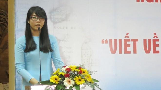 """Hồ Thị Thanh Thảo - nữ sinh đoạt giải Nhất cuộc thi """"Viết về huyện đảo Hoàng Sa thân yêu"""" ở Đà Nẵng."""