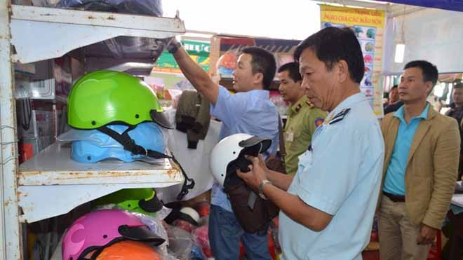 Sững sờ phát hiện 500 mũ bảo hiểm rởm bán trong hội chợ