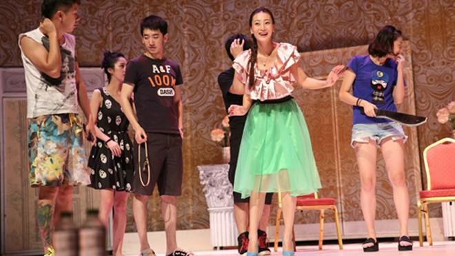 Đan Ni (váy xanh) trong một buổi tập cho vở kịch nói.