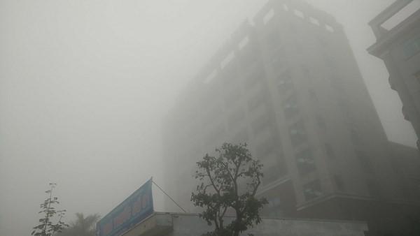 Chuyên gia lí giải hiện tượng sương mù dày đặc khắp cả nước