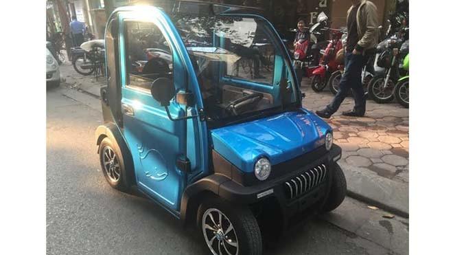 Mẫu ôtô điện hai chỗ ngồi xuất hiện trên đường phố Hà Nội. Ảnh: Danh Sơn.