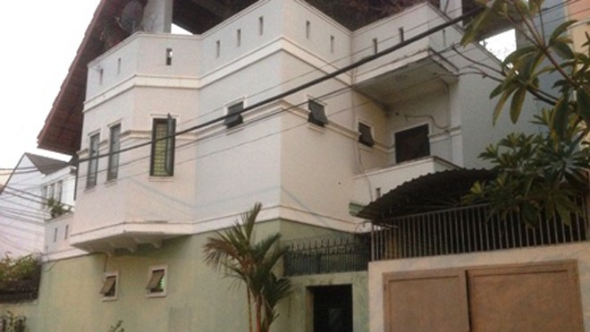 Nhiều gia đình trong khu dân cư, chung cư xung quanh rạch Môn, phường Hiệp Bình Chánh, quận Thủ Đức đã đóng kín cửa từ chập tối để tránh bị muỗi tấn công.