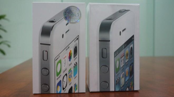 Bên trái là hộp một chiếc iPhone 4S 16GB hàng ngoài. Hình in trên vỏ hộp khác với hàng chính hãng (bên phải). Ảnh: Thanh Viên.