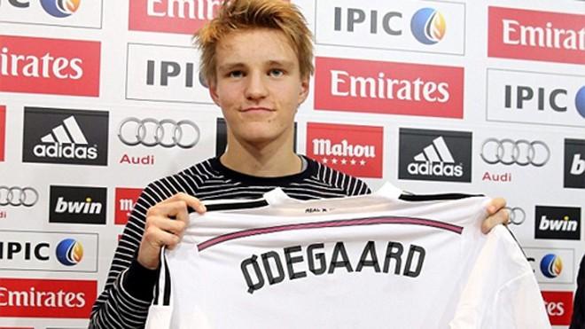 Martin Odegaard trong lễ ra mắt tại Real cuối tuần trước. Ảnh: Reuters