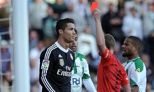 Ronaldo lĩnh thẻ đo vì pha đá nguội với Edimar (phải). Ảnh: AFP.