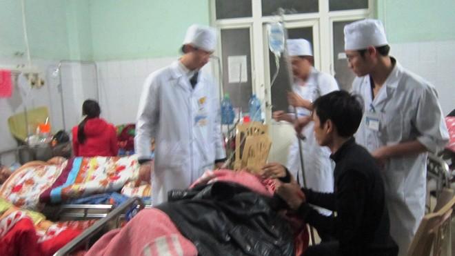 Các bác sĩ Bệnh viện đa khoa tỉnh đang nỗ lực để cứu sống các nạn nhân trong vụ tai nạn.