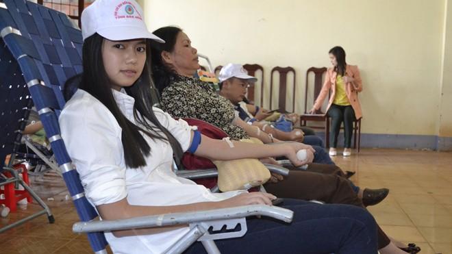 Học sinh THPT tham gia hiến máu