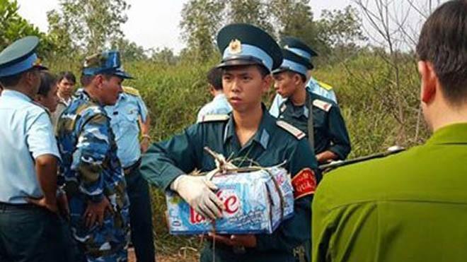 Kỷ vật của các sĩ quan hy sinh được mang ra từ hiện trường. Ảnh: Thanh Niên.