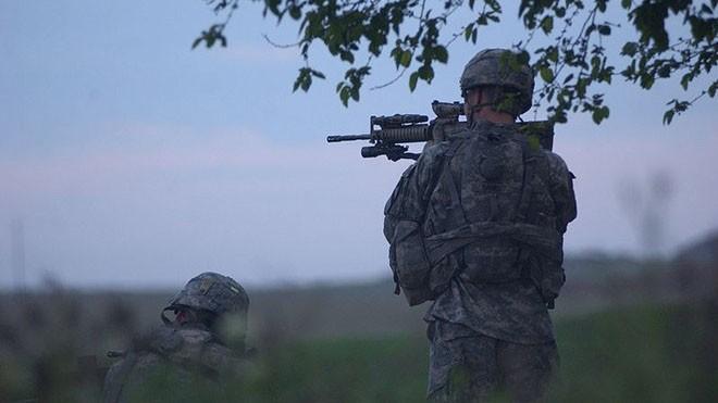 Hai binh lính làm nhiệm vụ chống bắn tỉa thuộc Sự đoàn kỵ binh 1, lục quân Mỹ đóng tại căn cứ Nineveh, Iraq. Ảnh: Wikipedia