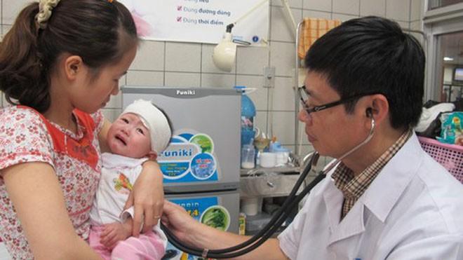 Trẻ nhỏ sức đề kháng kém, không thích nghi kịp với sự thay đổi thời tiết nên dễ mắc bệnh. Ảnh: N.Phương.