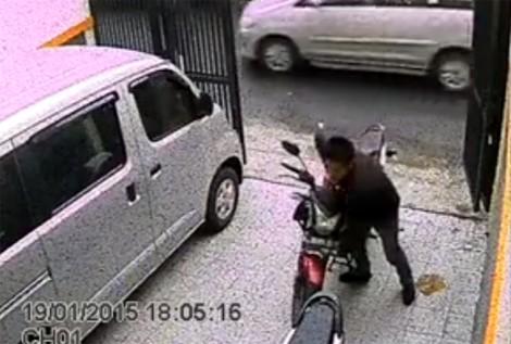 Tên trộm toát mồ hôi bẻ khóa xe máy giữa ban ngày