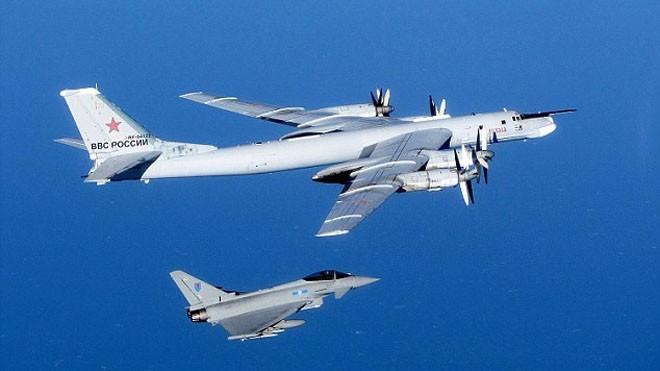 Chiến đấu cơ NATO áp sát máy bay ném bom chiến lược Nga. Ảnh: AFP