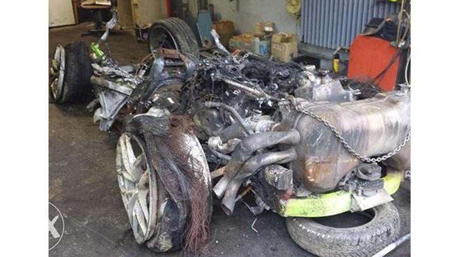 Đống kim loại và cao su còn lại từ siêu xe gặp nạn.
