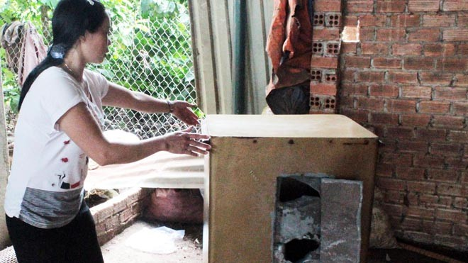 Một khổ chủ ở Lâm Hà bên chiếc két sắt bị trộm đục phá