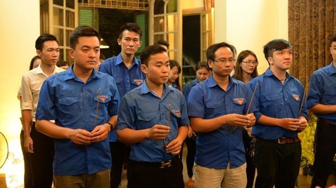 Ban Chủ nhiệm và các đoàn viên, thanh niên CLB Liên Kết trẻ Trung ương Đoàn dâng hương tướng nhớ Đại tướng.