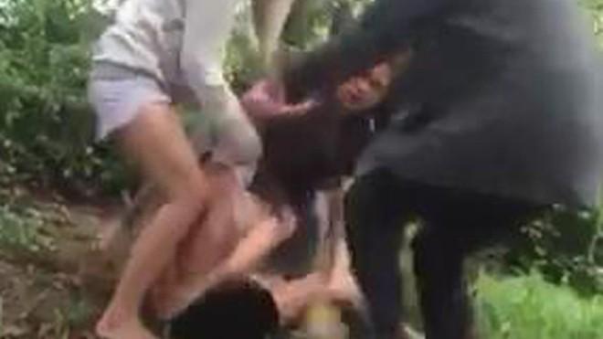 Ba người nữ đánh, lột áo cô gái. Ảnh: Cắt từ clip