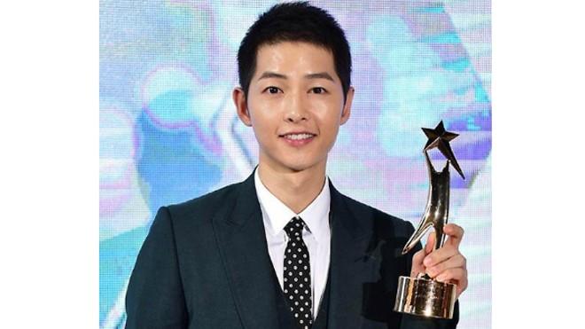 Song Joong Ki có một năm thành công nhờ vai diễn đại úy Yoo Shi Jin.