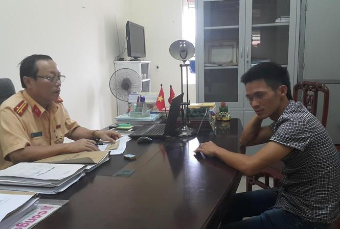 Tài xế Thái Văn Tuấn làm việc với cảnh sát giao thông Nghệ An sáng 3/10.