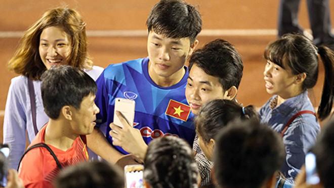Lương Xuân Trường trong vòng vây của CĐV khi anh tập luyện cùng đội tuyển Việt Nam. Ảnh: Đức Đồng.