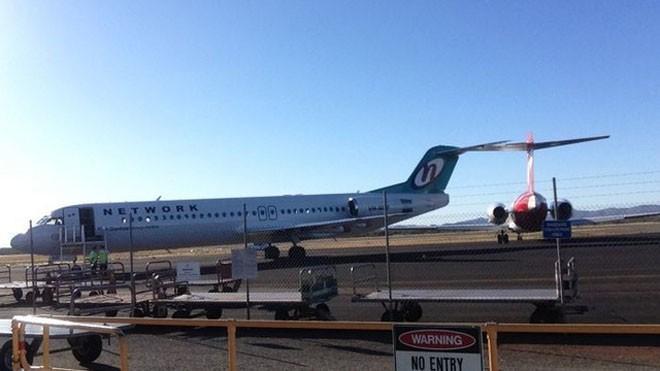 Hai máy bay bị dính phần đuôi vào nhau tại sân bay Paraburdoo ở Pilbara, bang Tây Australia (Ảnh: ABC)