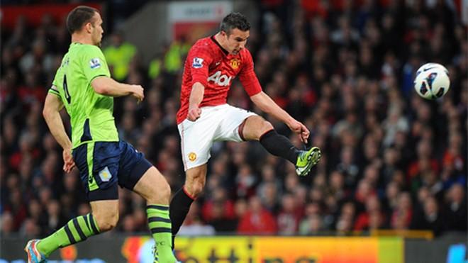 Van Persie (áo đỏ) khi ghi bàn vào lưới Aston Villa. Ảnh: Reuters