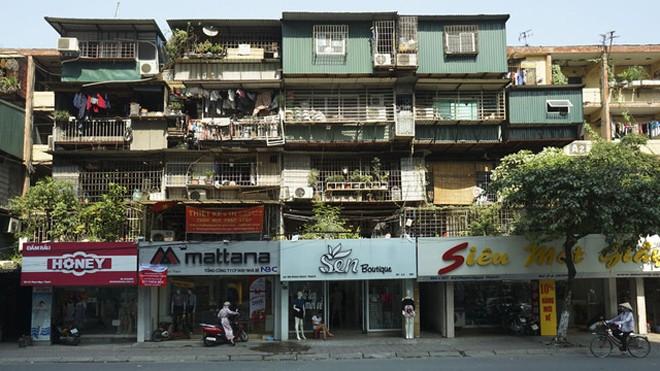 Trên phố Phạm Ngọc Thạch, những cửa hàng mặt tiền được chăm chút nhiều màu sắc, sáng sủa, trái ngược với những lồng sắt lô nhô bên trên.