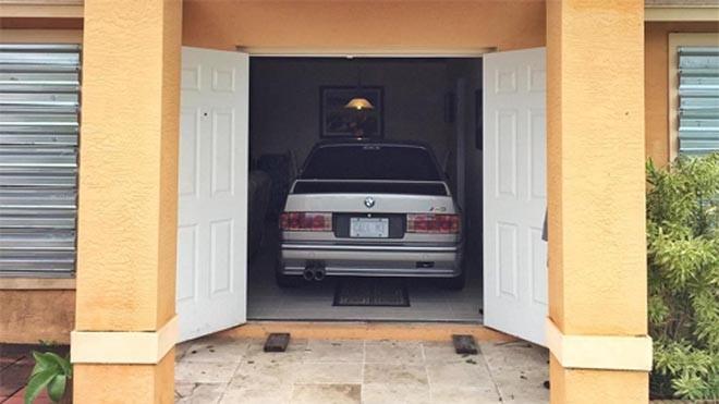 Người đàn ông lái thẳng xe vào nhà.