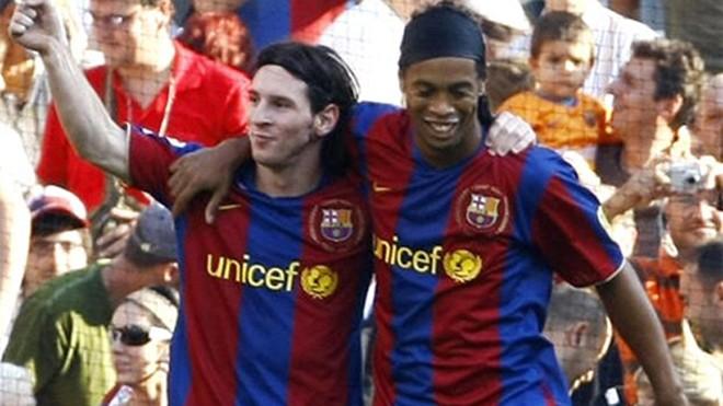 Ronaldinho từng là người dìu dắt khi Messi còn trẻ. Ảnh: Reuters